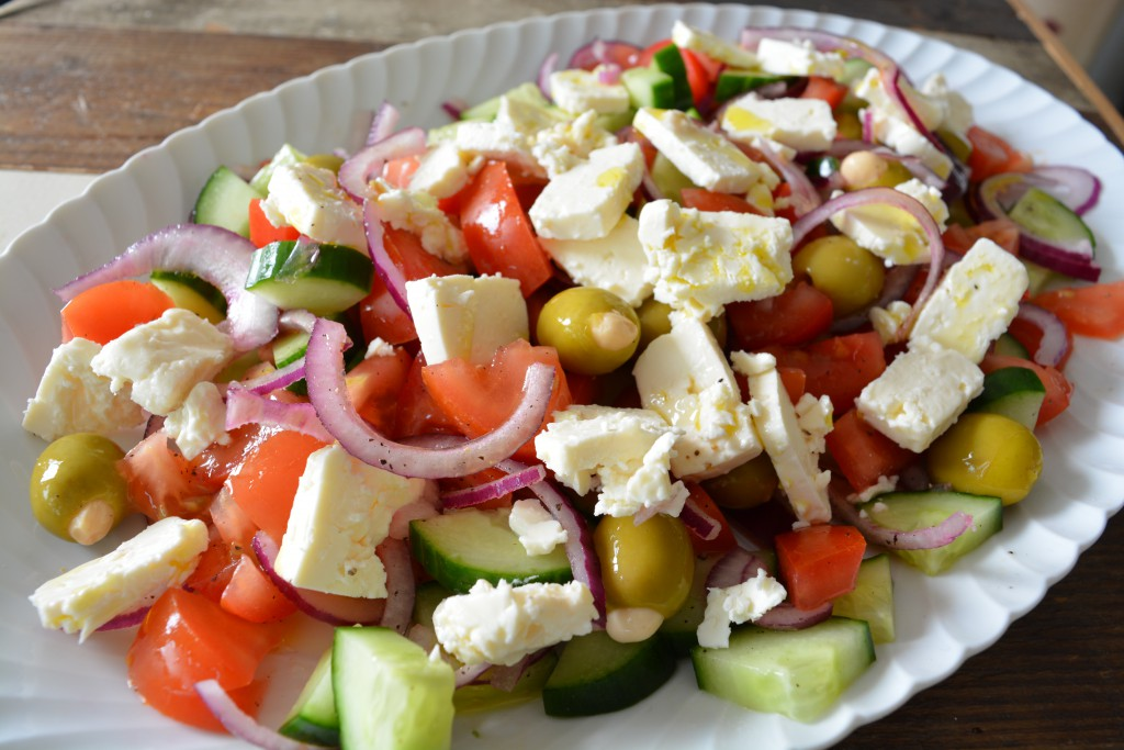 Griekse Salade met feta, tomaat, komkommer, rode ui, olijven
