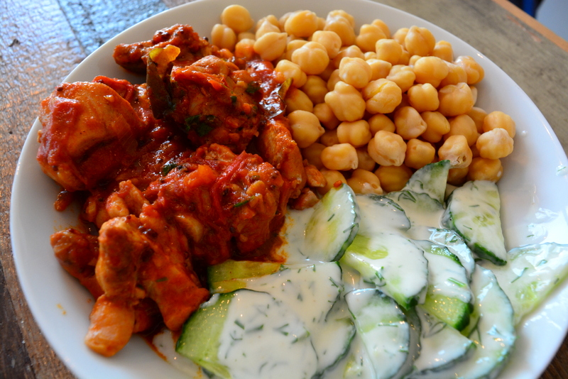 Indiase Kip Curry van kippendijen, tomaat, uien, knoflook, garam masala en kikkererwten