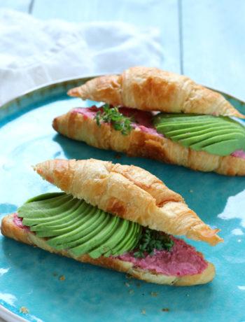 Croissant met avocado en hummus www.jaimyskitchen.nl