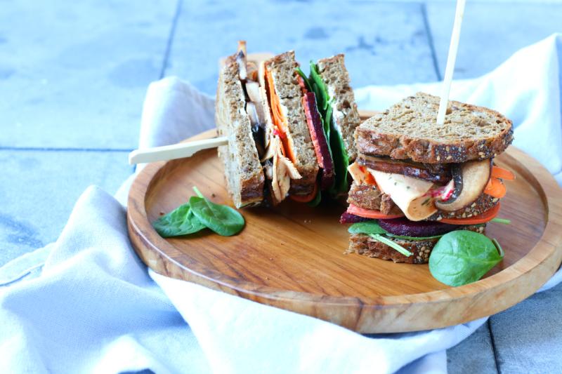 Vegetarische Club Sandwich met gemarineerde portobello en Quorn www.jaimyskitchen.nl
