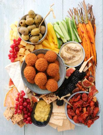 Vegetarische borrel plank of tapas plank met vegetarische bitterballen www.jaimyskitchen.nl