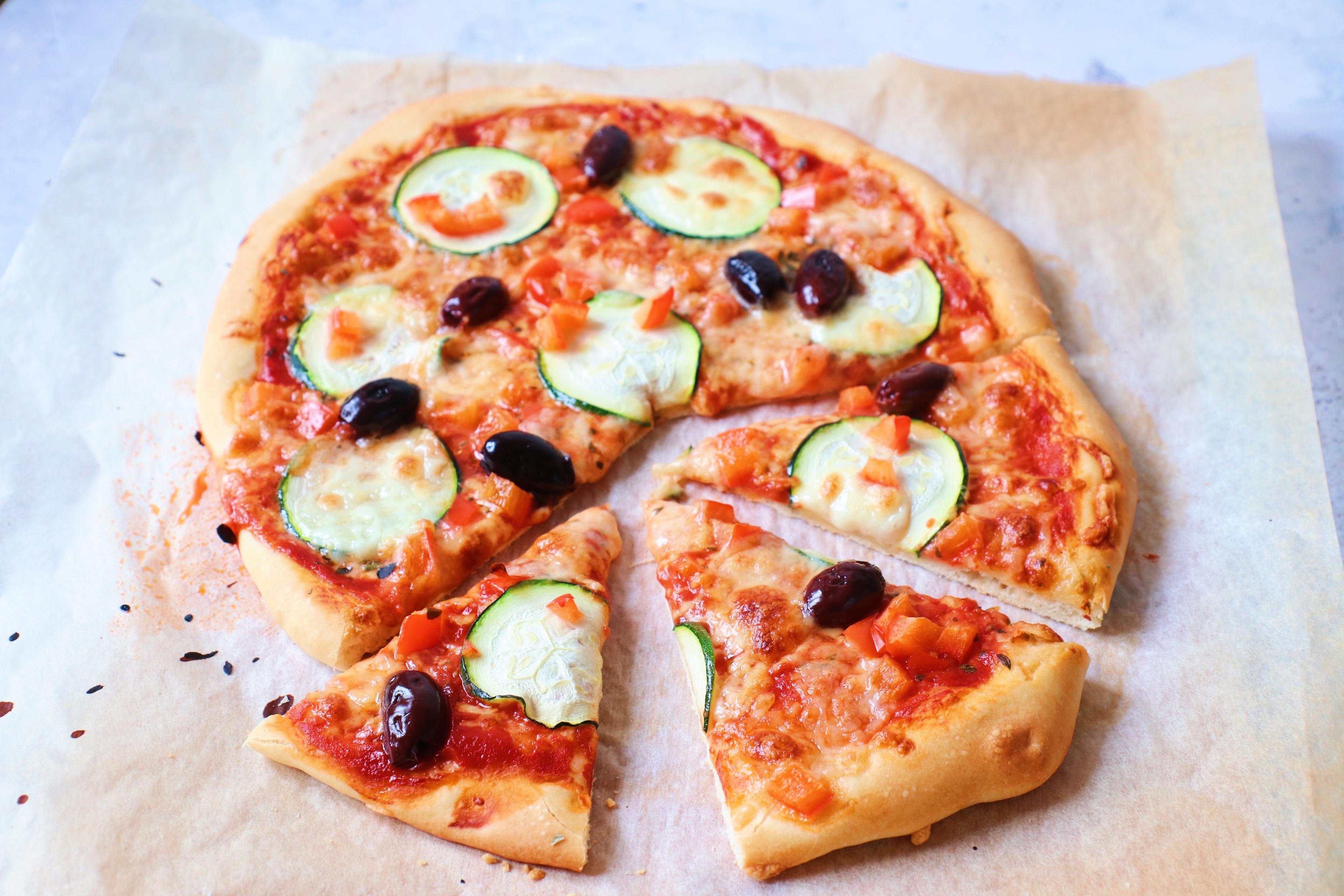 Recept zelfgemaakte vegetarische pizza courgette www.jaimyskitchen.nl