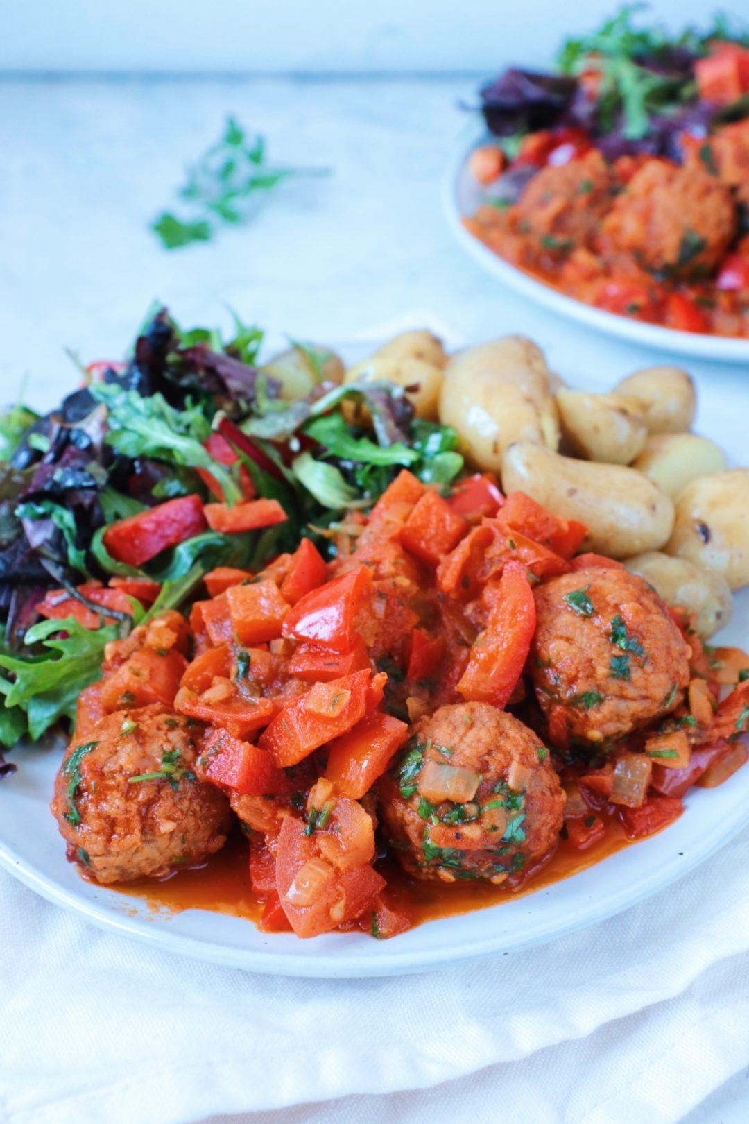 Gehaktballetjes met tomaat-paprikasaus en krieltjes www.jaimyskitchen.nl