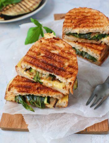 Vegan tosti met gegrilde groenten