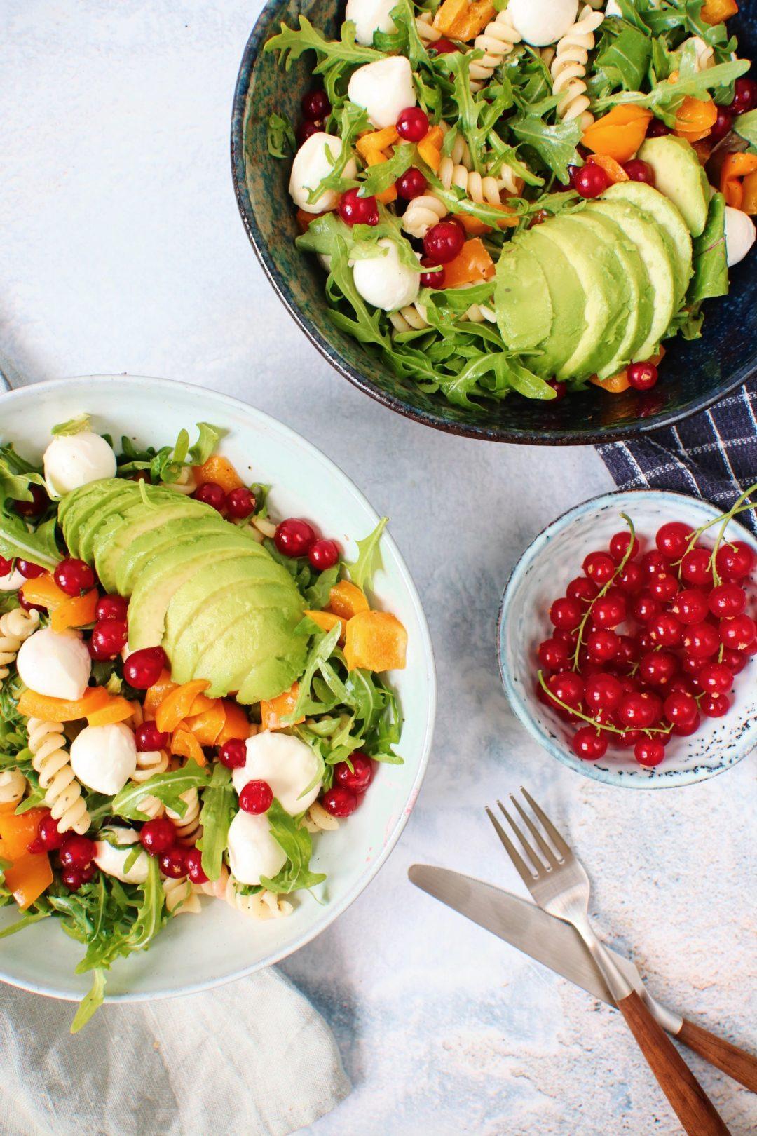 Pasta salade met rode bessen en avocado www.jaimyskitchen.nl